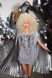 Un modèle marche la piste au défilé de mode de Blonds Images stock