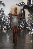 Un modèle marche la piste au défilé de mode de Blonds Image libre de droits