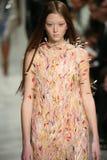 Un modèle marche la piste au défilé de mode 2017 de Calvin Klein Collection Autumn Winter Image libre de droits