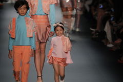 Un modèle marche la piste chez Vicky Zhang Parent Child Collection S/S 2017 Photographie stock