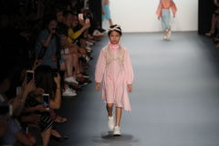 Un modèle marche la piste chez Vicky Zhang Parent Child Collection S/S 2017 Images stock