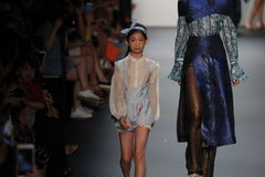 Un modèle marche la piste chez Vicky Zhang Parent Child Collection S/S 2017 Images libres de droits