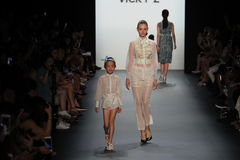 Un modèle marche la piste chez Vicky Zhang Parent Child Collection S/S 2017 Image libre de droits