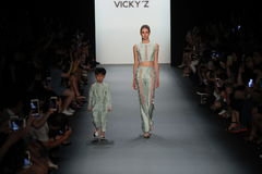 Un modèle marche la piste chez Vicky Zhang Parent Child Collection S/S 2017 Photo libre de droits