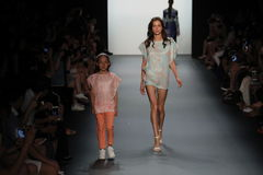 Un modèle marche la piste chez Vicky Zhang Parent Child Collection S/S 2017 Photos libres de droits