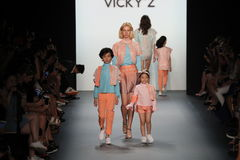 Un modèle marche la piste chez Vicky Zhang Parent Child Collection S/S 2017 Photo stock