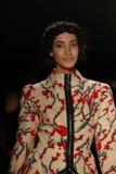 Un modèle marche la piste dans une conception par Altaf Maaneshia au défilé de mode de la vie de New York pendant l'automne 2015  Photographie stock libre de droits