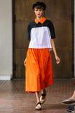 Un modèle marche la piste pendant je suis exposition d'Isola Marras en tant qu'élément de Milan Fashion Week Photographie stock