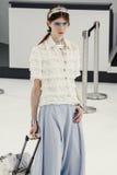 Un modèle marche la piste pendant l'exposition de Chanel Image libre de droits