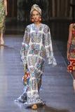 Un modèle marche la piste pendant l'exposition de Dolce et de Gabbana Photographie stock libre de droits