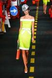 Un modèle marche la piste pendant l'exposition de Moschino Image stock