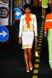 Un modèle marche la piste pendant l'exposition de Moschino Images stock