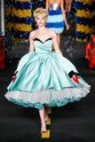 Un modèle marche la piste pendant l'exposition de Moschino Photos stock