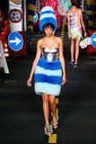 Un modèle marche la piste pendant l'exposition de Moschino Image libre de droits
