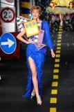 Un modèle marche la piste pendant l'exposition de Moschino Photos libres de droits
