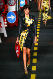 Un modèle marche la piste pendant l'exposition de Moschino Photo stock