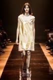 Un modèle marche la piste pendant l'exposition de Nina Ricci image libre de droits