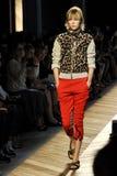 Un modèle marche la piste pendant le défilé de mode de Bottega Veneta photographie stock