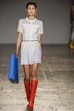 Un modèle marche la piste pendant le défilé de mode de Jour Le Jour d'Au Image libre de droits