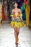 Un modèle marche la piste pendant le défilé de mode de leitmotiv Photo libre de droits