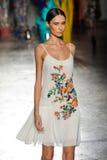 Un modèle marche la piste pendant le défilé de mode de leitmotiv Photo stock