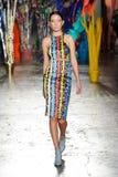 Un modèle marche la piste pendant le défilé de mode de leitmotiv Images stock