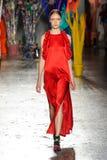 Un modèle marche la piste pendant le défilé de mode de leitmotiv Photographie stock libre de droits