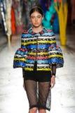 Un modèle marche la piste pendant le défilé de mode de leitmotiv Photos libres de droits
