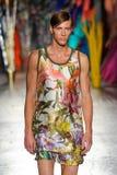 Un modèle marche la piste pendant le défilé de mode de leitmotiv Images libres de droits
