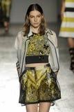 Un modèle marche la piste pendant le défilé de mode de Les Copains Photo libre de droits