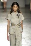 Un modèle marche la piste pendant le défilé de mode de Les Copains Image libre de droits