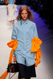 Un modèle marche la piste pendant le défilé de mode de MSGM Image libre de droits