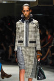 Un modèle marche la piste pendant le défilé de mode de Prada Photos stock