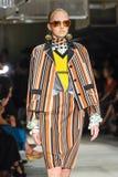 Un modèle marche la piste pendant le défilé de mode de Prada Image libre de droits