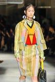 Un modèle marche la piste pendant le défilé de mode de Prada Photographie stock