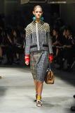 Un modèle marche la piste pendant le défilé de mode de Prada Images stock