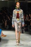 Un modèle marche la piste pendant le défilé de mode de Prada Photo stock