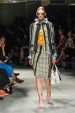 Un modèle marche la piste pendant le défilé de mode de Prada Photo libre de droits