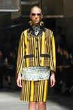 Un modèle marche la piste pendant le défilé de mode de Prada Photographie stock libre de droits