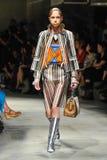 Un modèle marche la piste pendant le défilé de mode de Prada Photos libres de droits