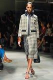 Un modèle marche la piste pendant le défilé de mode de Prada Images libres de droits