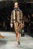 Un modèle marche la piste pendant le défilé de mode de Prada Image stock