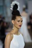 Un modèle marche la piste pendant le défilé de mode nuptiale d'Ines di Santo Spring /Summer 2018 Image libre de droits