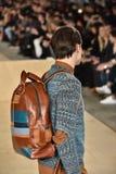 Un modèle marche la piste portant Perry Ellis pendant l'automne des hommes de semaine de mode de New York/hiver 2016 Image stock