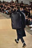 Un modèle marche la piste portant Perry Ellis pendant l'automne des hommes de semaine de mode de New York/hiver 2016 Image libre de droits
