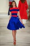 Un modèle marche la piste portant Ralph Lauren Spring 2016 pendant la semaine de mode de New York Photos libres de droits