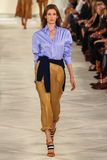 Un modèle marche la piste portant Ralph Lauren Spring 2016 pendant la semaine de mode de New York Photo stock