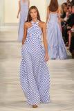 Un modèle marche la piste portant Ralph Lauren Spring 2016 pendant la semaine de mode de New York Photos stock