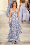 Un modèle marche la piste portant Ralph Lauren Spring 2016 pendant la semaine de mode de New York Photographie stock libre de droits