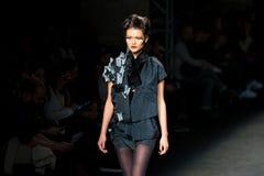 Un modèle marche la piste pour la collection de Celia Vela aux 080 Barcelone Photo stock